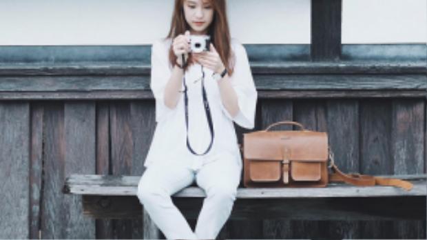 Skinny trắng có lẽ là chiếc quần ưa chuộng của hot girl đình đám nhất Thái Lan. Cô nàng mix cùng áo khoác jeans năng động, hoặc phối cùng áo sơ mi trắng vải thô theo phong cách white on white sành điệu nhưng cũng rất nữ tính.