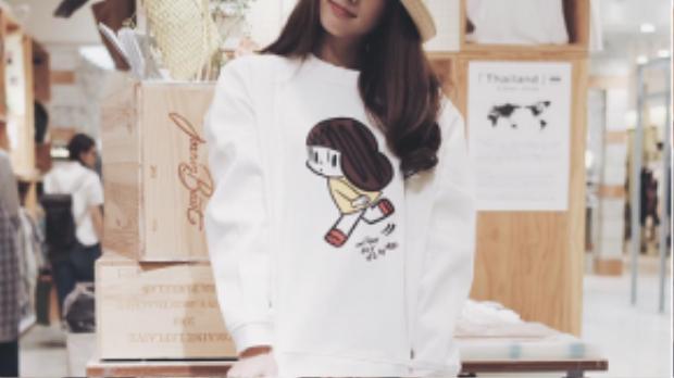 Sweater có in hình ngộ nghĩnh cũng được các hot girl Thái tích cực lăng xê trong những ngày đầu thu.