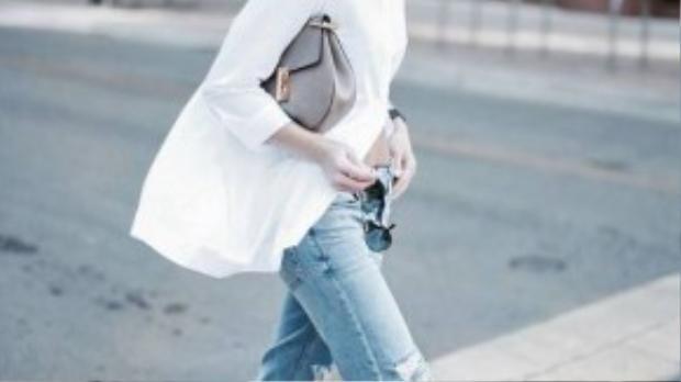 Áo sơ mi dáng rộng phối với quần jeans boyfriend tạo vẻ đẹp phóng khoáng, cá tính.