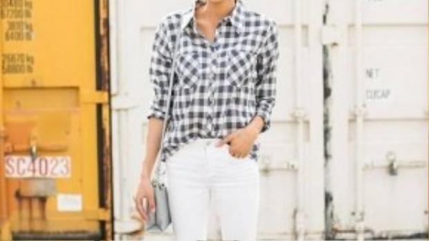 Hoặc skinny trắng tạo thành trang phục công sở đơn giản nhưng ấn tượng.