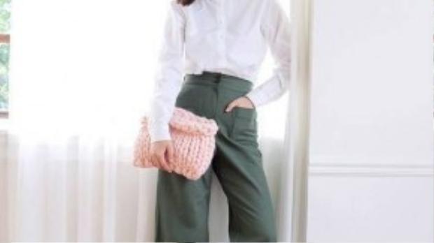 Áo sơmi trắng kết hợp cùng quần culloteslà một công thức đơn giản nhưng hiệu quả.