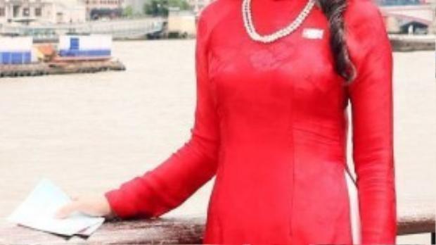 Diện bộ áo dài gam màu đỏ rực của NTK Đức Hùng, nữ MC xinh đẹp Diễm Quỳnh vô cùng nổi bật và gây chú ý trên đường phố London nước Anh trong chuyến lưu diễn của mình.