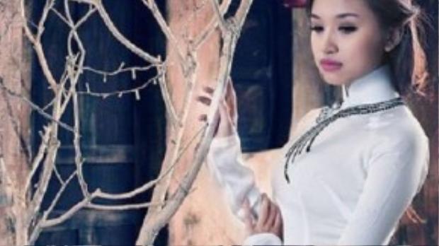Vẻ đẹp tinh khôi trong tà dáo dài trắng, điểm nhấn bộ trang phục bằng vòng cổ chuỗi hạt.