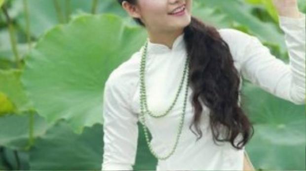 Tà áo dài trắng, quần đen cùng nón lá gợi liên tưởng về những thiếu nữ Hà thành ngày xưa.