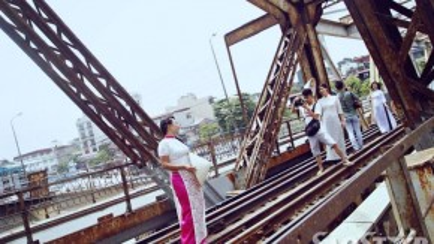 Với quang cảnh thơ mộng, cây cầu thường thu hút nhiều tay săn ảnh. Ngoài ra còn là nơi ghi lại nhiều khoảnh khắc ý nghĩa của giới trẻ Hà thành.
