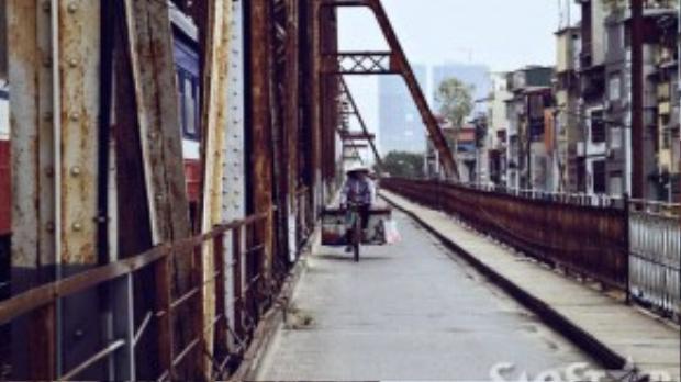 Vào một ngày mùa thu khi đến thăm Hà Nội, bạn hãy thử một lần phóng xe lên cầu và cảm nhận những điều tự nhiên và bình yên của nó.