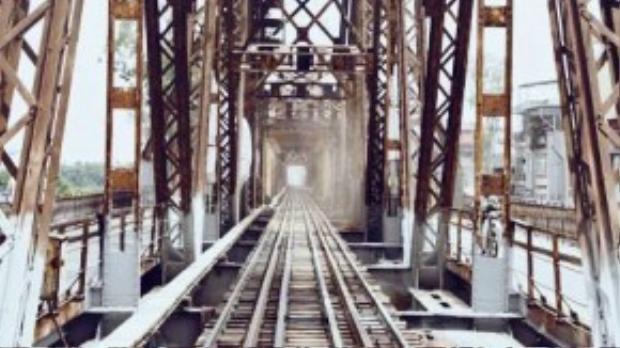 Cầu Long Biên được xây dựng vào năm 1899 và hoàn thành vào năm 1992. Cầu có 19 nhịp cầu dầm thép đặt trên 20 trụ cao hơn 40m cùng với tổng chiều dài qua sông là hơn 2km, cầu gồm có đường sắt đơn chạy ở giữa, hai bên đường dành cho xe cơ giới và đường bộ.