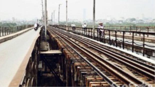 Chính vì vậy, cây cầu là nút giao thông vô cùng quan trọng của thủ đô. Bên cạnh những giá trị lịch sử ý nghĩa, cầu Long Biên còn có điểm đặc biệt là các luồng xe lưu thông theo làn đường tay trái.
