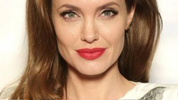 Angelina Jolie hiện tại là ngôi sao lớn, có ảnh hưởng ở Hollywood và là bà mẹ tận tụy của 6 đứa con.