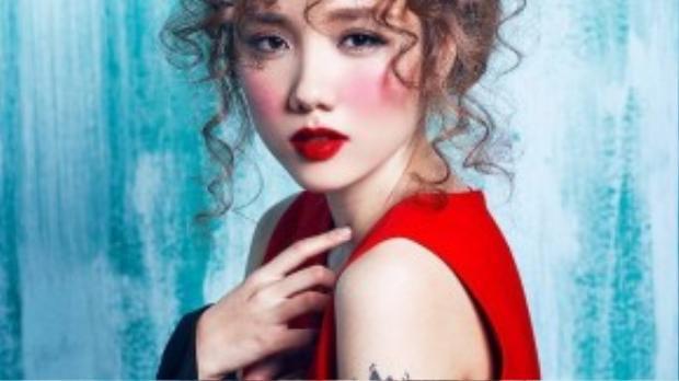 Trong bộ ảnh, Phương Ly hóa thân thành cô nàng tóc xù với phong cách trang điểm môi đỏ đầy quyến rũ.