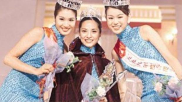 Hồ Hạnh Nhi (ngoài cùng bên phải) trong cuộc thi Hoa hậu Hong Kong 1999.
