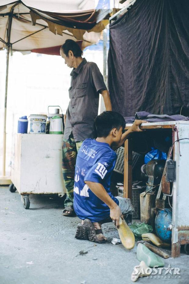 Câu chuyện cảm động về chàng trai sửa giày miễn phí cho người nghèo ở Sài Gòn