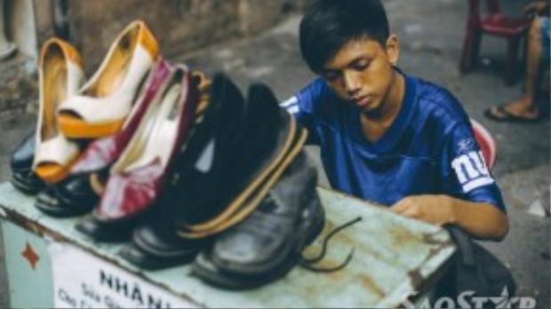 Cường luôn chăm chỉ làm để kiếm tiền phụ giúp gia đình.