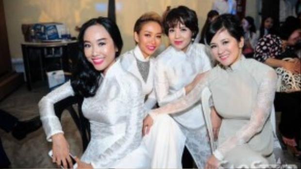 Các ca sĩ ĐoanTrang, Thảo Trang, MC Diễm Quỳnh và diva Hồng Nhung cười tươi khi bắt gặp ống kính máy ảnh. Ai cũng phấn khởi vì được góp sức trong một chương trình nghệ thuật ý nghĩa.