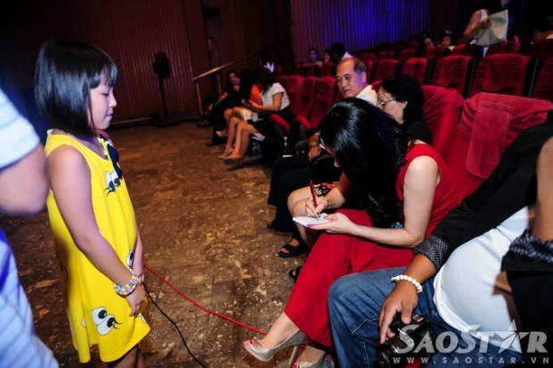 Thu Phương được fan nhí bao vây khi đến xem 4 học trò biểu diễn