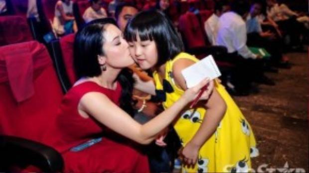 Cô cũng dành tình cảm tương tự cho một người hâm mộ nhỏ tuổi khác khi em đến xin chữ ký.
