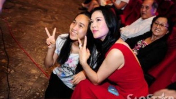 Thu Phương vui vẻ chụp ảnh lưu niệm cùng fan ruột.