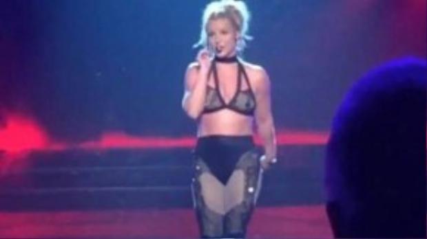Britney Spears khá nặng lời với fan nam trên sân khấu mới đây.
