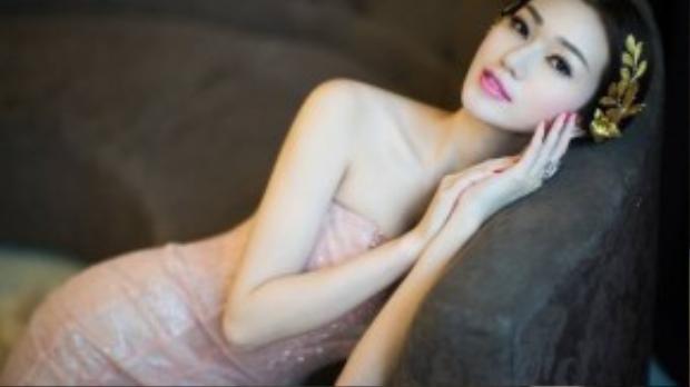 Vừa qua, Khánh My khiến nhiều người bất ngờ khi quyết định bỏ qua những bộ cánh nóng bỏng để lựa chọn trang phục đầm dạ hội theo phong cách cổ điển cho việc thực hiện bộ ảnh mới.