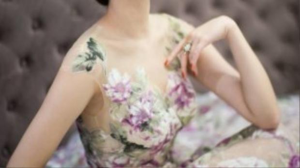 Gam màu trầm của chuỗi thiết kế giúp người đẹp sinh năm 1991 như một quý cô bước ra từ những trang sách châu Âu.