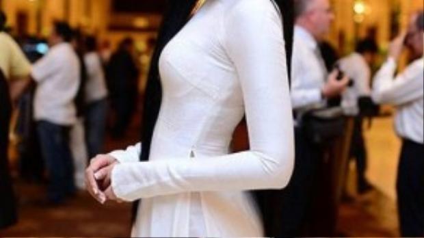 Biết được điểm yếu của mình là làn da nâu khó nổi bật trên tà áo dài trắng nền nã, hoa hậu Trương Thị May điểm tô thêm chiếc bờm đính đá nổi bật trên mái tóc đen dài được xõa tự nhiên. Đây cũng là một trong những cách các bạn nữ sinh có thể học hỏi để tạo điểm nhấn cho bộ đồng phục của mình.