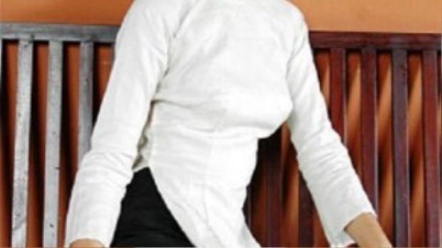"""Hương Giang hóa thân thành thiếu nữ Hà thành xưa qua bộ áo dài trắng, quần đen cùng khăn vấn. Nụ cười rạng rỡ - vốn là """"đặc sản"""" của hoa hậu đẹp nhất châu Á này, nay lại trở thành điểm nhấn hoàn hảo cho bộ trang phục truyền thống."""