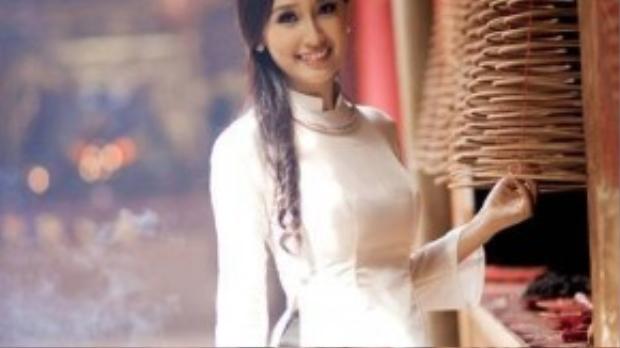 Hoa hậu Mai Phương Thúy cùngthể hiện gu thời trang độc đáo, tinh tế với chiếc vòng cổ đẹp mắt nhấn nhá trên nền áo dài trắng.