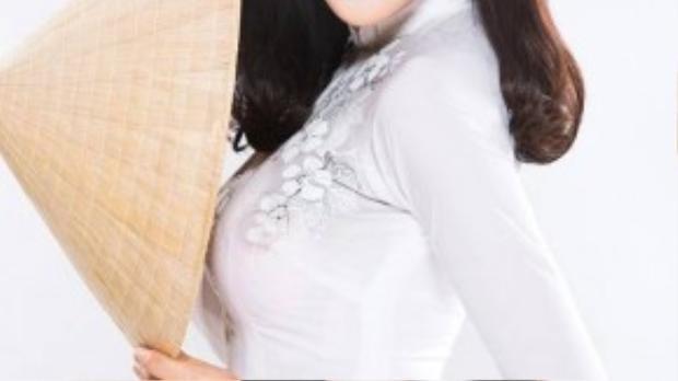 Bắt kịp dòng chảy của xu hướng mốt, hoa hậu Triệu Thị Hà lại không chọn diện những chiếc áo dài trắng tinh khôi đơn thuần mà còn khéo léo thêm điểm nhấn tinh tế bằng các chi tiết thêu hoa mai độc đáo.