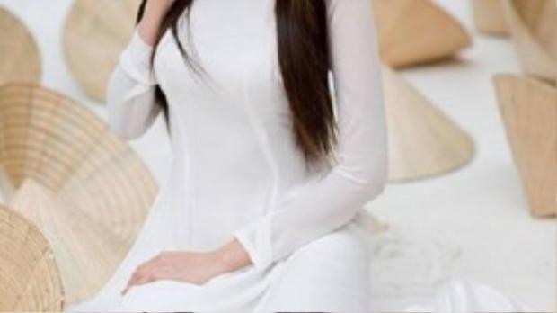 Hoa hậu thế giới người Việt 2010 Diễm Hương đã đưa áo dài trắng vào trong concept của một bộ ảnh. Chỉ với tà áo dài nguyên sơ, phông nền được trang trí giản đơn bằng những chiếc nón lá, cô vẫn cho thấy được sức hút tỏa ra từ vẻ đẹp đằm thắm.