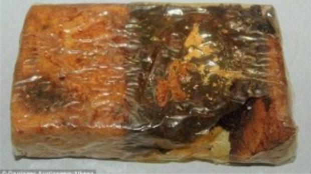 Miếng bánh được bọc và đặt trong hộp giấy nguyên vẹn như cách đây 68 năm. Do có nồng độ rượu cao nên miếng bánh này được cho là được bảo quản khá nguyên vẹn và vẫn có thể ăn được.