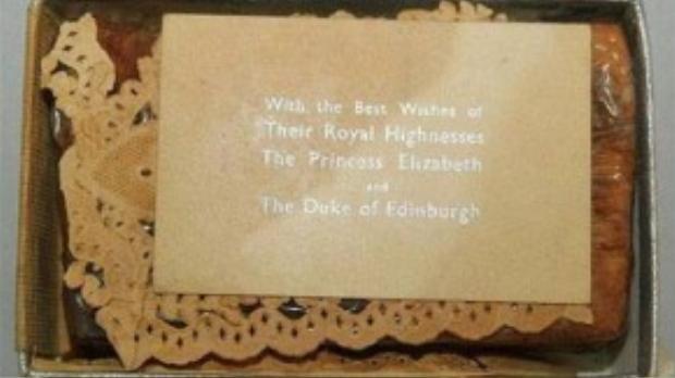 Chủ sở hữu hiện tại của miếng bánh cho biết bà được nhận lại nó từ người bố chồng quá cố vốn là quản lý tại nhà hàng lừng danh Scott's Restaurant ở Mayfair (London, Anh).