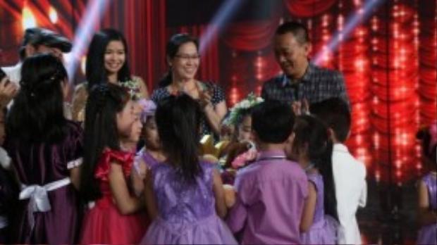 Giây phút vui mừng của mọi người trước kết quả bất ngờ từ ban giám khảo.