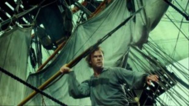 Sau bộ phim Rush, đạo diễn Ron Howard lại tiếp tục hợp tác cùng tài tử Chris Hemsworth trong một dự án phim dựa trên câu chuyện có thực khác - In The Heart of the Sea. Vào năm 1820, con tàu Essex gồm bốn người đã bị tấn công bởi một con cá voi và khiến họ lênh đênh giữa Thái Bình Dương trong đói khát.