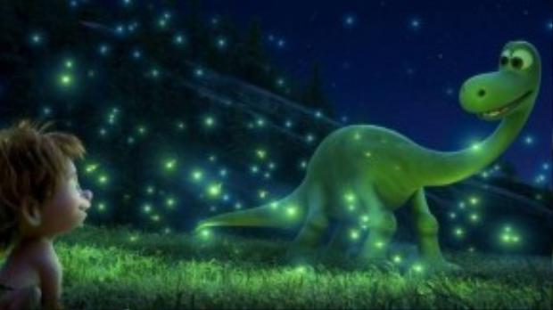 Tiếp bước Inside Out, The Good Dinosaur sẽ là tác phẩmđỉnh cao của Pixar được phát hành vào cuối tháng 11. Chuyện kể về chú khủng long thiếu niên có tên Arlo - nhân vật chính, thuộc loài Apatosaurus, bị lạc mất gia đình và đang lênh đênh trên một dòng sông chảy xiết. May mắn thay, cậu đã tìm thấy người bạn đồng hành Spot trong chuyến hành trình khám phá thiên nhiên và tìm đường trở về nhà.