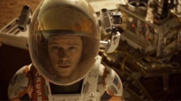 The Martian kể về hành trình khám phá vũ trụ của nhà phi hành gia Mark Watnet thuộc Nasa, khi đang tham gia chương trình nghiên cứu sao Hỏa, bất ngờ có một trận bão ập đến khiến anh bị kẹt lại tại hành tinh đỏ. Chỉ đạo bộ phim sẽ là đạo diễn - nhà sản xuất từng 3 lần được đề cử Oscar - Ridley Scott (từng thực hiện Blade Runner, Gladiator…).