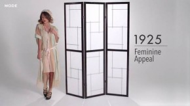 Sang đến những năm 1920s, đồ lót nữ giới được may để phù hợp theo dáng của những chiếc váy xuông theo phong cách flapper, phối cùng chuỗi ngọc trai cầu kỳ và mái tóc ngắn uốn xoăn. (Ảnh chụp từ clip)