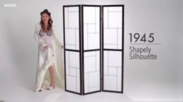 Thời trang những năm 1940s bắt đầu nhấn mạnh đường cong trên cơ thể với áo lót nâng ngực, thắt eo. (Ảnh chụp từ clip)