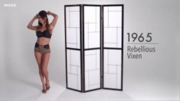 Những năm 1960, phong cách gợi cảm quyến rũ lên ngôi cùng với sự bùng nổ của bikini. Đồ lót dần cũng được thay đổi để tôn lên vẻ gợi cảm của người mặc. (Ảnh chụp từ clip)