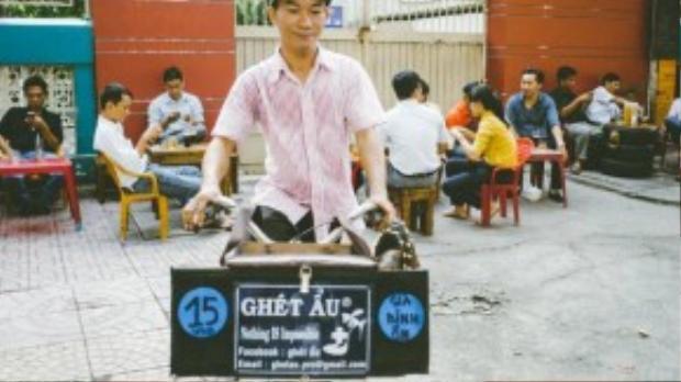 Anh Vương và thùng đồ nghề đặc biệt của mình vẫn mỗi sáng rong ruổi trên từng tuyến đường.