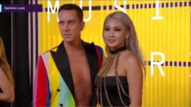 CL tham dự VMA cách đây không lâu với tư cách khách mời của Jeremy Scott. Cô diện một chiếc váy đen hở vai đơn giản. Điểm nhấn trong trang phục của cô là dây xích vàng cùng bộ vòng tay và nhẫn cá tính.