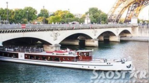 Du thuyền trên sông Seine khá đắt đỏ.
