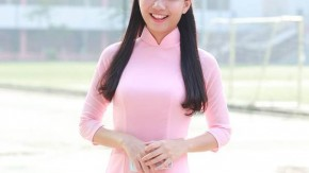 Cô giáo Phan Hồng Anh - bóng hồng nổi tiếng của trường chuyên Hà Nội Amsterdam - xuất hiện với nụ cười rạng rỡ quen thuộc của mình. Với bộ áo dài màu hồng phấn, trông cô giáo càng thêm phần xinh đẹp, nữ tính.