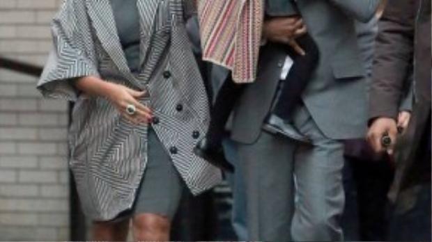 Gia đình Beyonce sang trọng với tông màu ghi cổ điển. Bộ trang phục của cô con gái Ivy còn được nhấn nhá thêm bằng chiếc áo khoác có họa tiết bohemian.