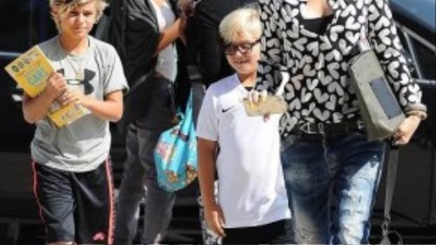 Gu thời trang của hai mẹ con Gwen Stefani khá đối lập: trong khi cô ca sĩ chọn tông màu đen cổ điển thì cậu bé Kingston Rossdale lại nổi bật với quần short viền neon nổi bật và sneaker cùng màu. Ngay từ bé, Kingston Rossdale đã nổi tiếng ở Hollywood bởi gu thời trang cá tính và độc đáo của mình.