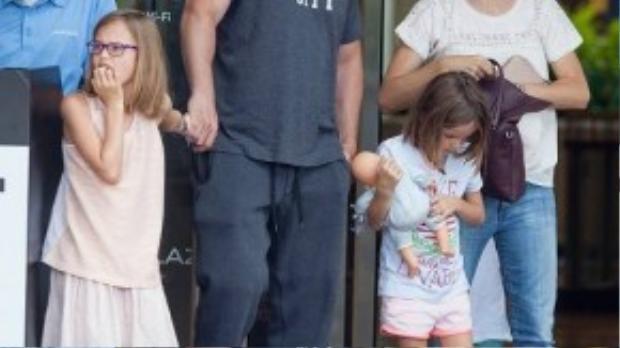 Jennifer Garner tự tin khoe mặt mộc cùng trang phục đơn giản với quần jeans boyfriend, áo phông trắng cùng dép bệt.