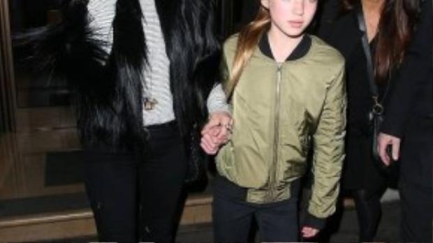 Thật khó có thể nhận ra đây là Kate Moss quyến rũ và bí ẩn trong những bộ ảnh thời trang. Siêu mẫu và con gái Lila cùng diện skinny đen làm nổi bật đôi chân dài cò hương.