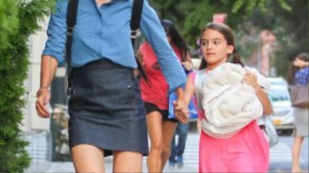 Katie Holmes tươi tắn trong bộ trang phục chân váy da mix cùng sơ mi denim và sneaker Adidas Superstar. Bé Suri cũng rực rỡ không kém với tông hồng nổi bật.