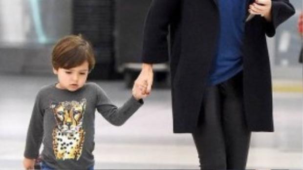 Miranda Kerr không hổ danh là ngôi sao street style khi xuống phố với phong cách thời thượng cùng cậu con trai Flynn. FLynn cũng từng được bầu chọn là sao nhí hot nhất Hollywood năm 2012.