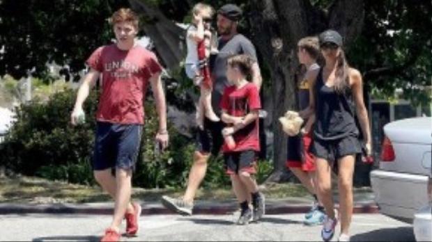 Gia đình nhà Beck - Vic lại chọn phong cách thể thao khỏe khoắn với những bộ trang phục có màu sắc tương đồng với nhau. Nhìn cựu người mẫu trẻ trung không khác gì chị gái của 4 đứa con mình.