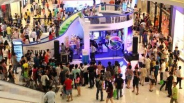 Chương trình khuyến mại do Trung tâm thương mại Crescent Mall, Phú Mỹ Hưng, quận 7, TP HCM tổ chức, với sự tham gia của 100 cửa hàng giảm giá đến 50% toàn bộ sản phẩm. 18h mới bắt đầu nhưng từ 10h, rất đông người đã xếp hàng chờ sẵn.